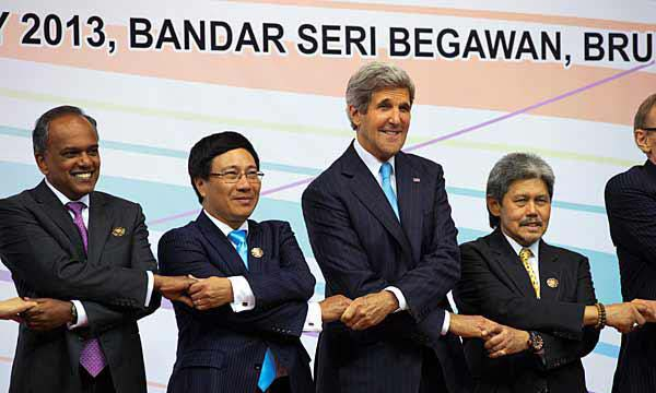 US Secretary of State John Kerry, third from left, participates in a chain handshake during a group photo of foreign ministers during the ASEAN security meetings in Bandar Seri Begawan, Brunei Tuesday, July 2. photo : jacquelyn martin/ap