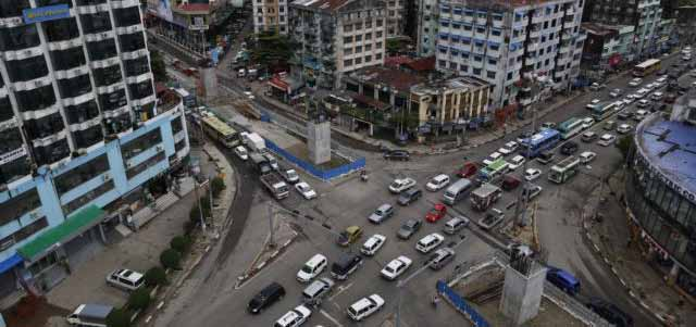 A line of vehicles drive through Shwegontai junction, one of the busiest junctions in the city, in Yangon, July 3, 2013. photo : voanews.com