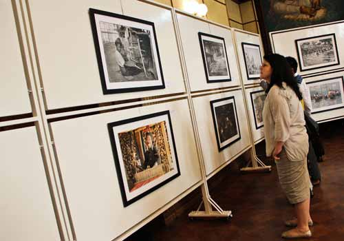 Theater in Yangon, Photographs, from 100 years apart, are attracting large crowds at the National.| photo: zarni phyo