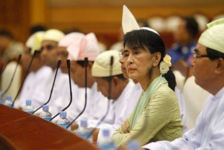 "The Noble Peace Laureate intervenes for the first time in defense of the Muslim minority: it is a violation of human rights. The opposition leaders challenge President Thein Sein: the desire of change ""is not enough"", concrete reforms and equality are needed."