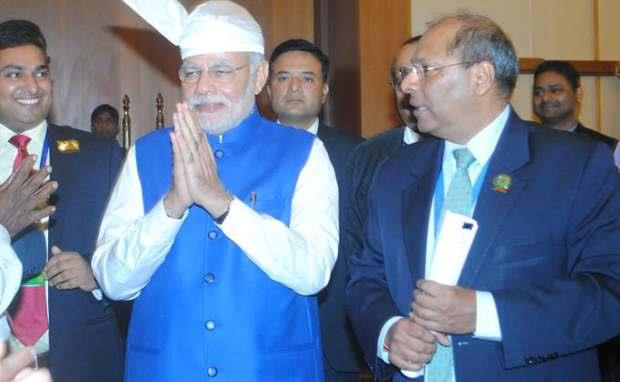 PRIME MINISTER SHRI NARENDRA MODI AND H.E. GAUTAM MUKHOPADHYAY AT THE INDIAN COMMUNITY RECEPTION
