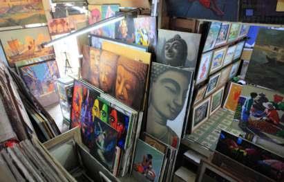 BOGYOKE MARKET SELLING BURMESE ART AND SOUVENIRS, MYAMMAR